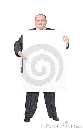 Den gladlynt överviktiga manen med ett tomt undertecknar