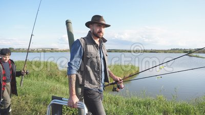 Den kaukasiska fadern har fiskeredskap för att undervisa om fisk stock video