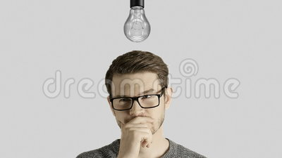 Den klyftiga idérika manfunderaren får en idé, som tänder upp en symbolisk lampa över hans huvud på vit bakgrund lager videofilmer