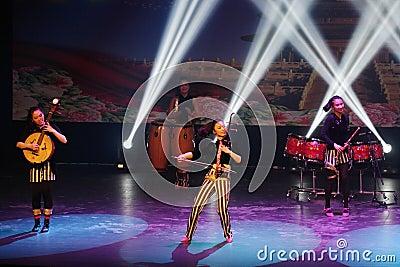 Den kvinnliga musikern av Kina den moderna ungdomorkesteren utför på Bahrain Redaktionell Bild