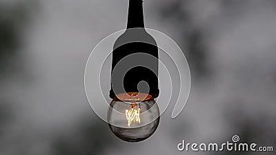 Den ljusa kulan som exponerar, medan det regnar stock video