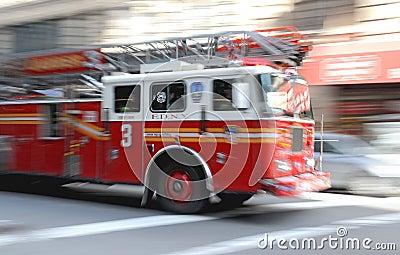 Den ny brandfiretrucken rusar