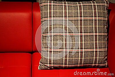 Den röda sofaen och kudder