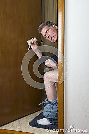Den roliga badrummen blidkar mannen ingen paper klibbad toalett