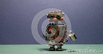 Den roliga robotmilitären går och vinka hans armar Leksakcyborg med den ljusa kulan Blå bakgrund för vägggräsplangolv lager videofilmer