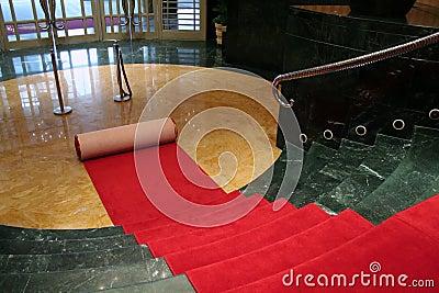 Den roten Teppich heraus rollen