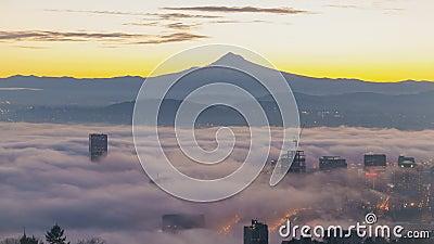 Den Tid schackningsperioden av rullningsdimma och låga moln över stad av Portland Oregon med täckt snö monterar Hood Early Mornin stock video
