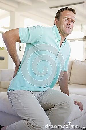 Den tillbaka mannen smärtar