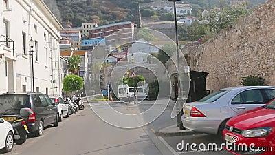 Den turist- bussen kör i Gibraltar gator Turnera handboksamtal om sightobjekt arkivfilmer
