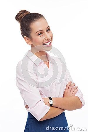 Den unga affärskvinnan med armar vek