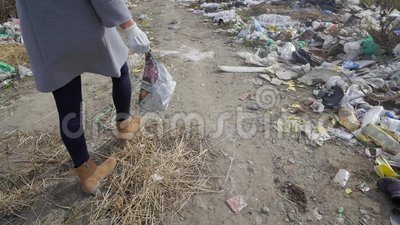 Den unga kvinnan tappar kull på en avskrädeförfogandeplats lager videofilmer