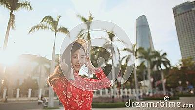Den vietnamesiska flickan sätter på en nationell La för lock Non i strålarna arkivfilmer