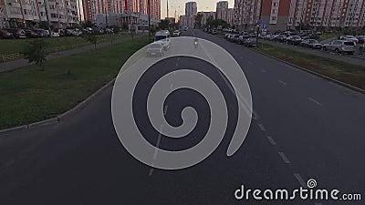 Den vita cykeln rider under kameran på den hög hastigheten arkivfilmer
