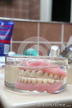 Dentadura artificial em um vidro