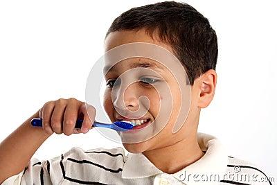 Dentes de escovadela do menino