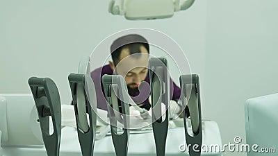 Dentista doutor trabalha ferramentas equipamento automático instrumento médico filme