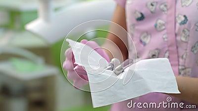 Dentista que desinfecta las herramientas de la odontología Manos del doctor que preparan el equipo dental metrajes
