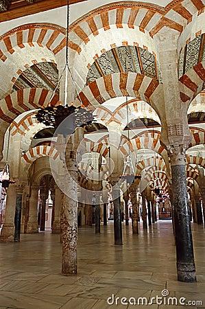 Dentro de la Mezquita de Córdoba, España