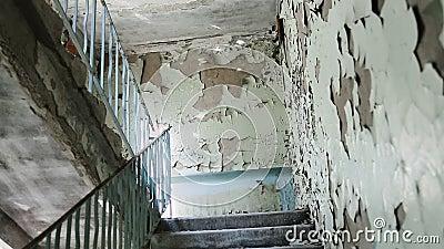 Dentro de um edif?cio abandonado Bloco de cidade quase desmoronado e arruinado construções Metade-arruinadas no gueto Teste padrã filme