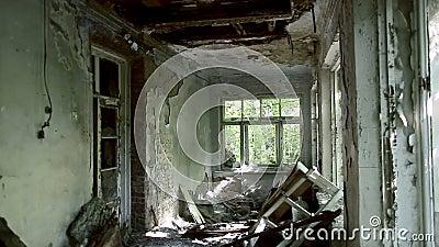Dentro de um edif?cio abandonado Consequ?ncias do fogo Bloco de cidade quase desmoronado e arruinado construções Metade-arruinada video estoque
