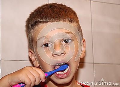 Dents de brossage d enfant en bas âge