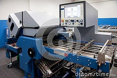 Departamento de impresión (impresión) de la prensa - línea de acabamiento