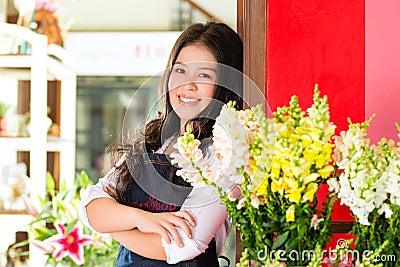 Dependienta asiática en una floristería