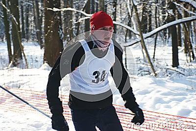 Deportistas funcionados con en los esquís Foto editorial