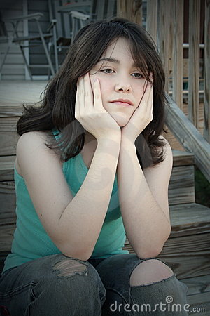 Deprimiertes jugendlich Mädchen auf Treppen