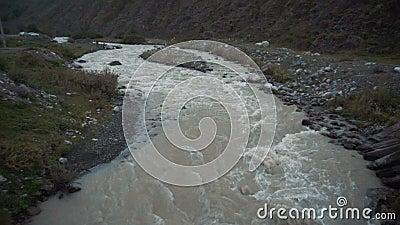 Der Bergfluss fließt schnell stock video footage