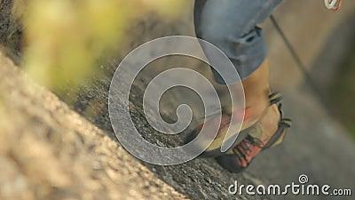 Der Bergsteiger macht den Aufstieg stock video footage