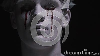 Der Blick der lebenden Statue, die mit blutigen Rissen schreit, schließen oben, bilden, Körperkunst stock video