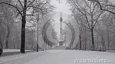 Der Engel des Friedens auf die Oberseite von Friedensengel-Monument in München, Deutschland während des Schnee srorm stock footage