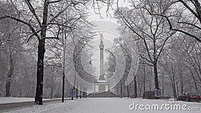 Der Engel des Friedens auf die Oberseite von Friedensengel-Monument in München, Deutschland während des Schnee srorm stock video