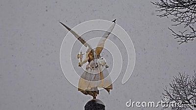 Der Engel des Friedens auf die Oberseite von Friedensengel-Monument in München, Deutschland während des Schnee srorm stock video footage