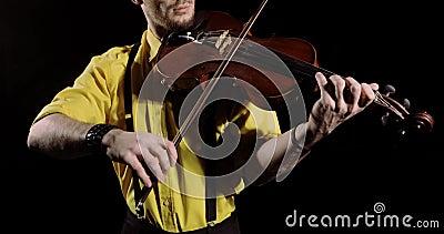 Der Geiger spielt Alt oder Geige auf schwarzem Hintergrund, das Instrument wird geschlossen stock video