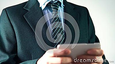 Der Geschäftsmann in einem stilvollen Anzug mit einer Bindung benutzt ein Telefon elegant, Geschäftsmann stock video