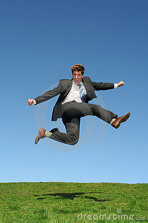 Der Geschäftsmann springend für Freude