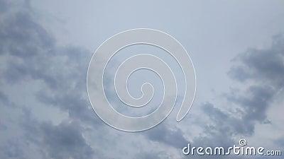 Der Himmel war mit den Regenwolken dunkel, die durch den Wind sich bewegen stock video footage