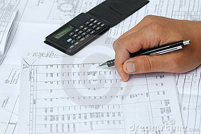 Der Ingenieur überprüft Berechnungen.
