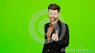 Der männliche Geschäftsmann, der sich Daumen zeigt, mag er alles Grüner Bildschirm stock video footage