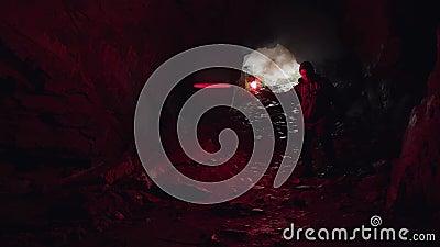 Der Mann, der in die Höhle hinunter geht und den Eingang hinter sich lässt, Extrem- und Sportkonzept Bestandsaufnahmen Tourist stock video