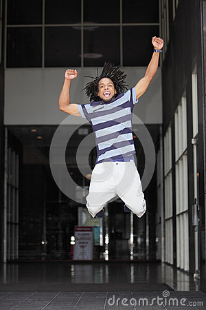 Der Mann springend für Freude