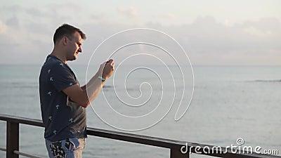 Der Mann steht auf dem Pier stock video