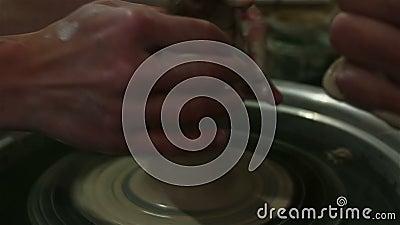 Der Master erstellt ein Produkt aus weißem Ton Die Hände des Meisters kaschieren ein Tonprodukt mit einem Töpferrad stock video