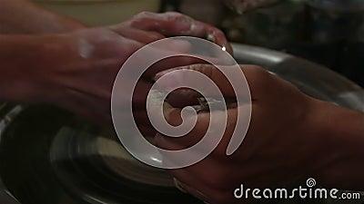 Der Master erstellt ein Produkt aus weißem Ton Die Hände des Meisters kaschieren ein Tonprodukt mit einem Töpferrad stock footage
