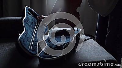 Der Mensch nähert sich der Geige, öffnet den Fall und zieht sein Musikinstrument aus stock video footage