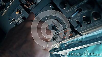 Der Pilot des Hubschraubers bereitet sich für den Flug vor stock video footage
