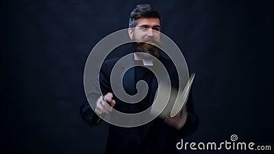 Der Priester wird getauft, die Bibel heraus wirft und tanzt Trick oder Festlichkeit Halloween-Partei- und -feierkonzept stock video