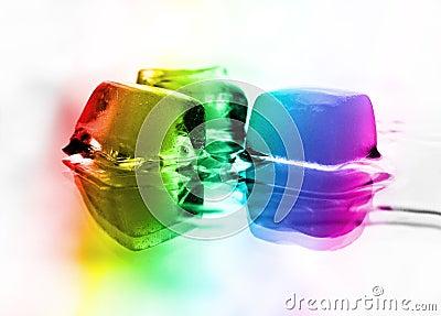 Der Regenbogen über schmelzendem Eis
